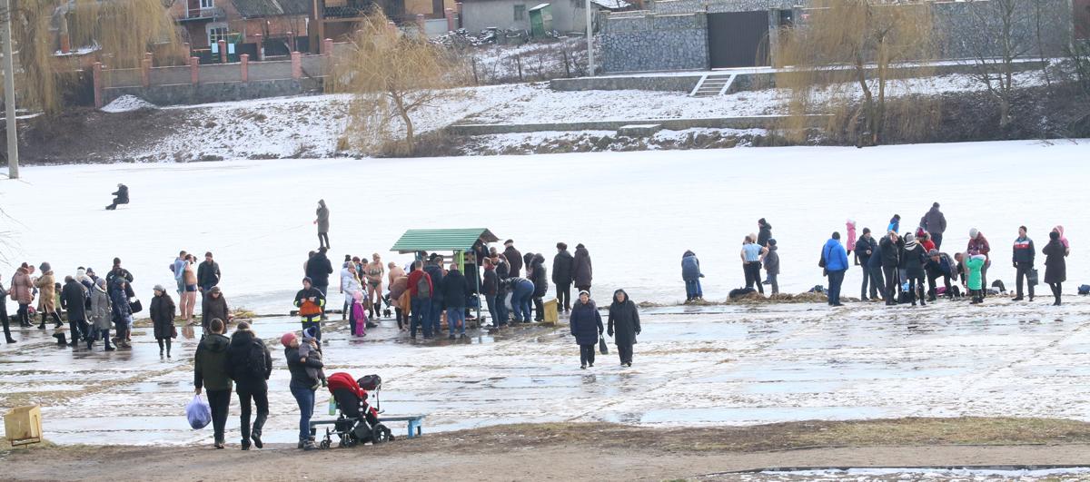 Вінничани святкують Водохреща: у крижаній воді сотні людей