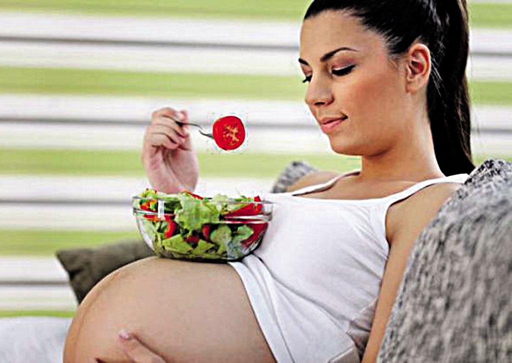 «Їсти за двох» вагітним лікарі не рекомендують