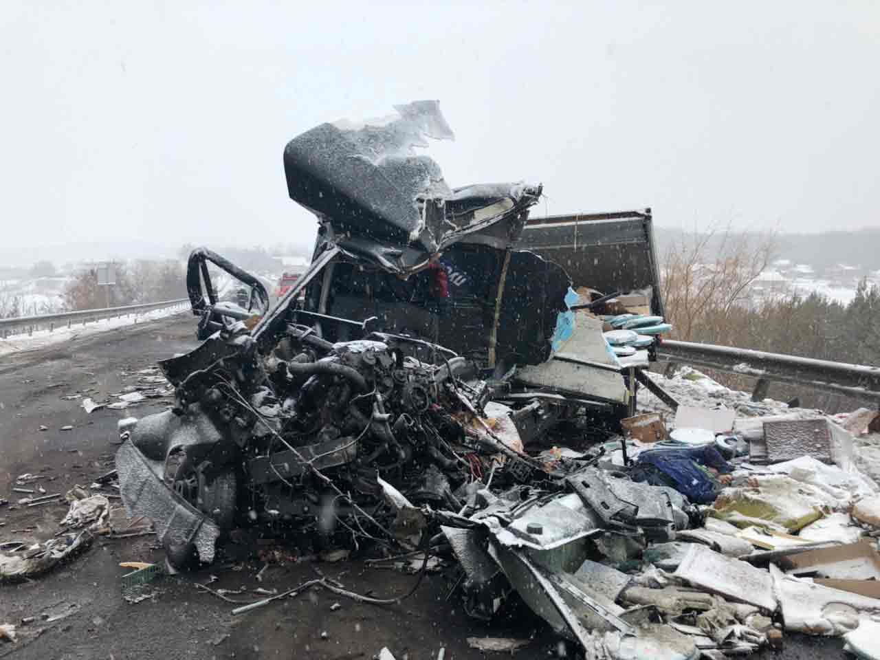 Аварія біля Вороновиці забрала життя водія буса. Водій бензовоза помер у лікарні