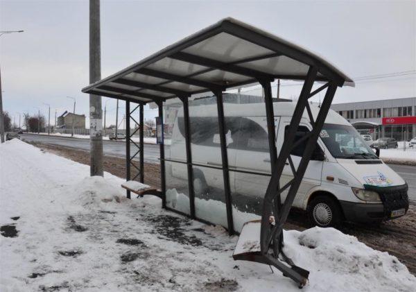 """Водійка """"БМВ"""" розбила зупинку громадського транспорту на Тяжилові та втікла з місця пригоди"""
