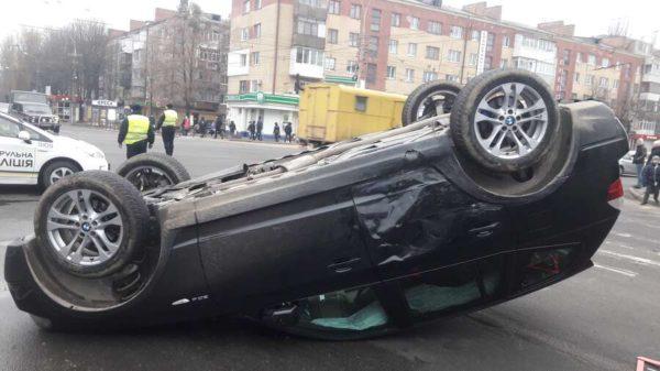 BMW Х3 перекинулось на дах після тарану із Пассата на перехресті 600-річчя та Келецької! Всі живі! (відео)