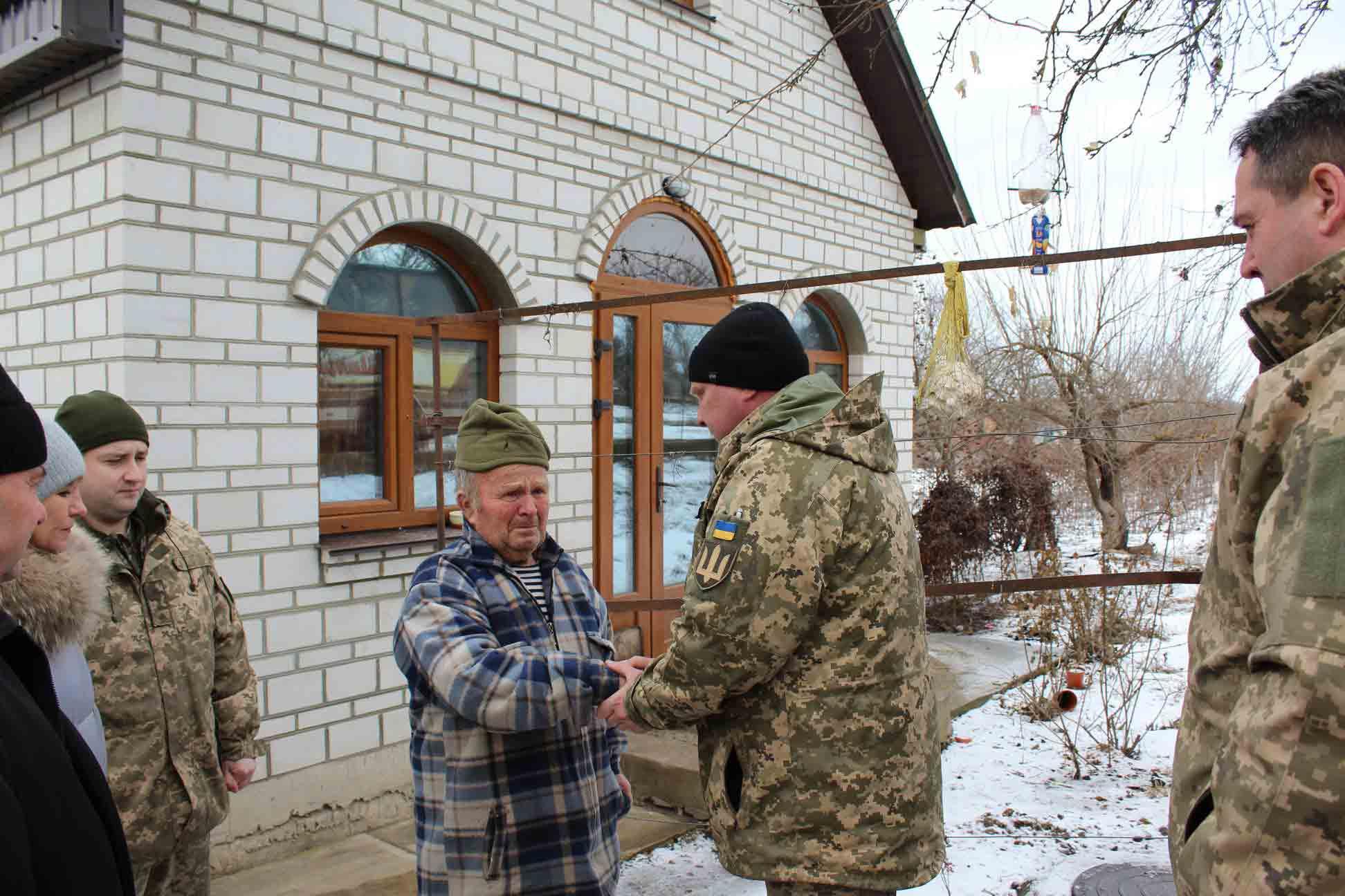 Військові 59-ї бригади відвідали батька загиблого побратима Віталія Оніщука у Липовці