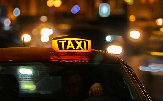 Двоє пасажирів пограбували таксиста. Одному оголосили про підозру, іншого – розшукують