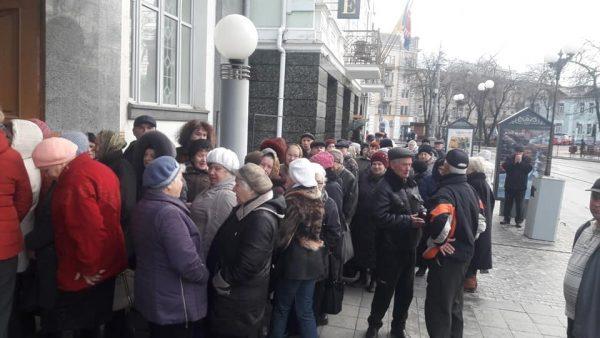 Чому пенсіонери із 6-ї ранку займають черги за е-квитком на Соборній? Реєстрація можлива et.vn.ua (відео) (ОНОВЛЕНО)