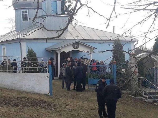 МП вже місяць намагається повернути храм у Бахтині Мур-Кур району… Правий Сектор і «Свобода» охороняють церкву від проросійських попів