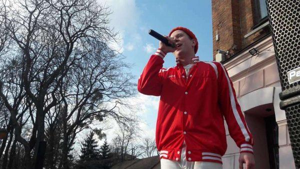 Ennyday під Вежею запускав свою дебютну «Ракету»! Пісні українською реперу під підспівувала вінницька молодь (відео)