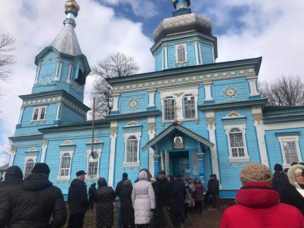 Тітушки та заїжджі штурмували храм у Луці-Мелешківській. Вони розбили вікна та вибили двері (ОНОВЛЕНО)