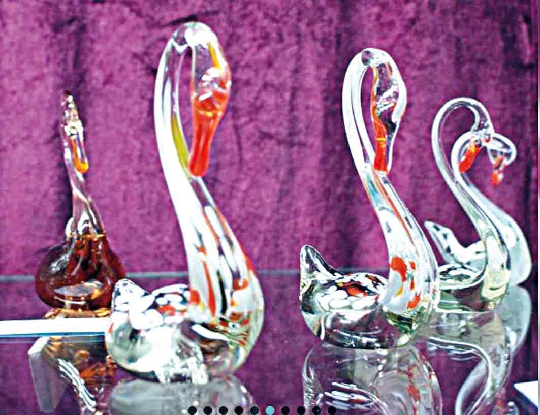 Скляні риби та лебеді виготовлялися у нічну зміну, для себе