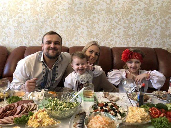На 80-річчя Геннадія Присяжнюка його діти, рідні, онуки та правнуки декламували Шевченка та одягли вишиванки (відео)