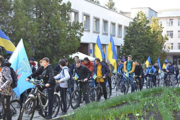 Герой Майдану та вівчарка з фронту долучились до патріотичного велопробігу