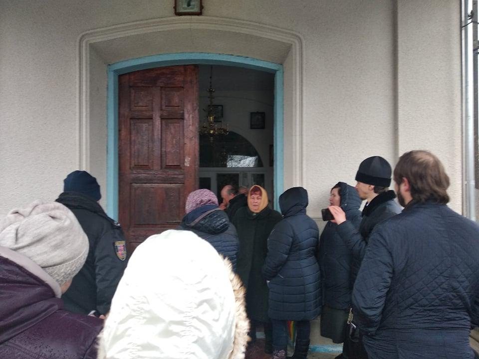 Двері до храму довелося відчиняти болгаркою, бо священик ключі так і не віддав