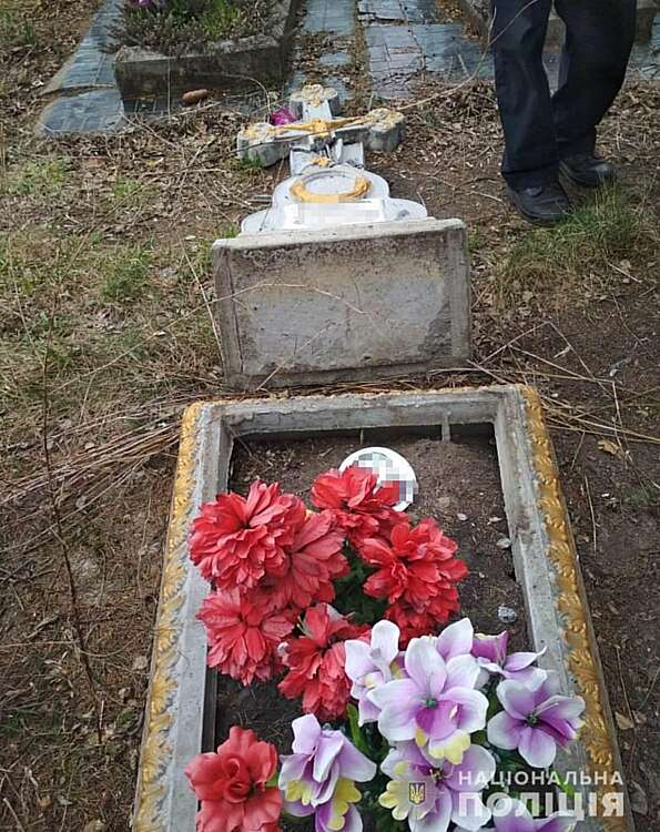 В Махаринцях підлітки позбиткувались над могилами предків… (ОНОВЛЕНО)