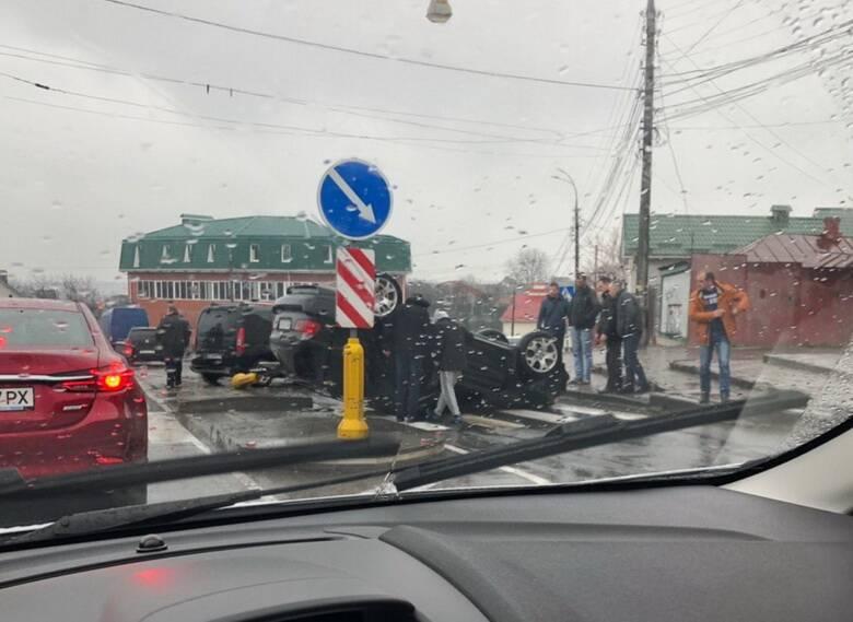 БМВ на даху – друга за місяць ДТП із переворотом престижного авто у Вінниці (відео)