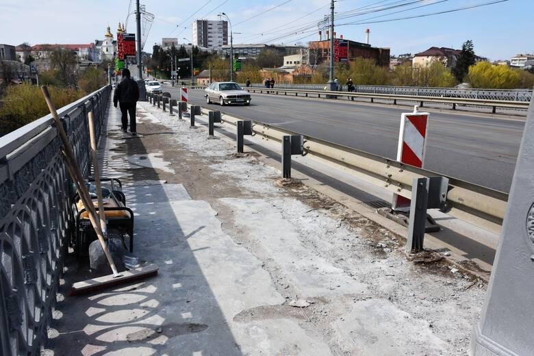 У Вінниці знову ремонтують тротуари центрального мосту…