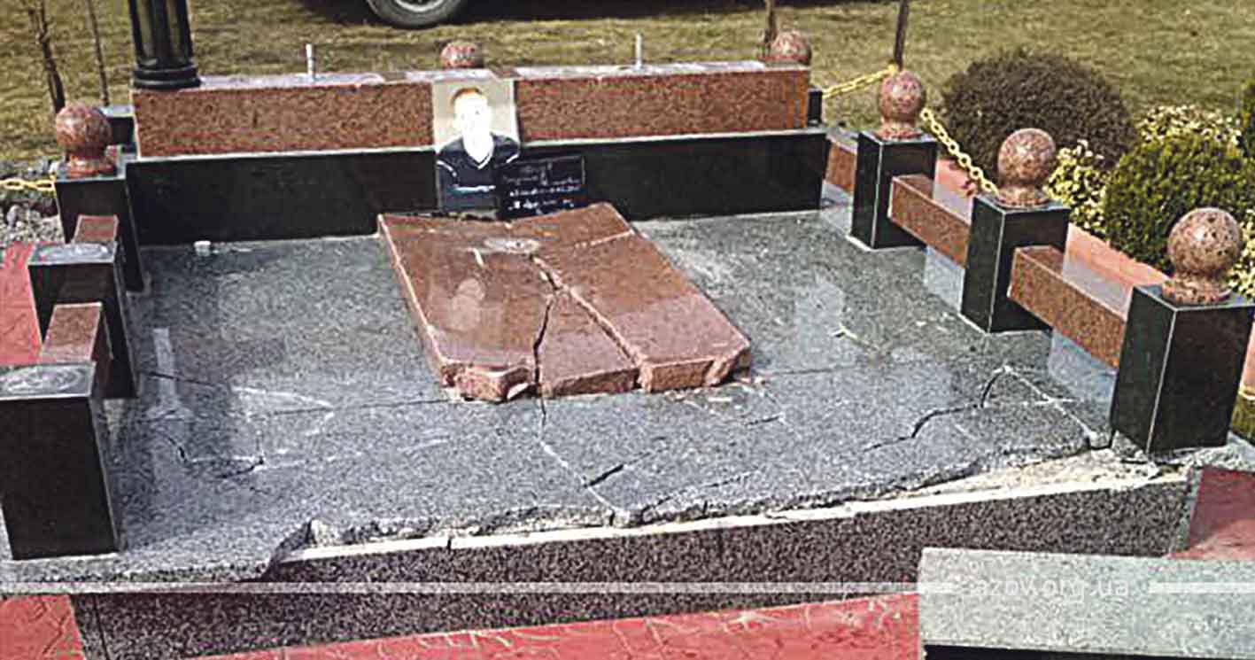 Буревій чи вандали знищили могильні плити загиблих героїв Вінниччини?