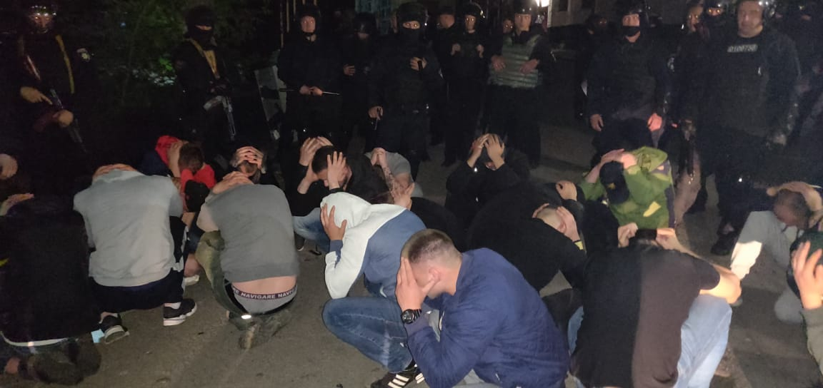 54 тітушок під час антирейдерського штурму консервного заводу затримала поліція у Вінниці (відео)