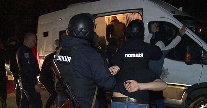 Поліція штурмувала завод і затримала 54 тітушок з усієї України…