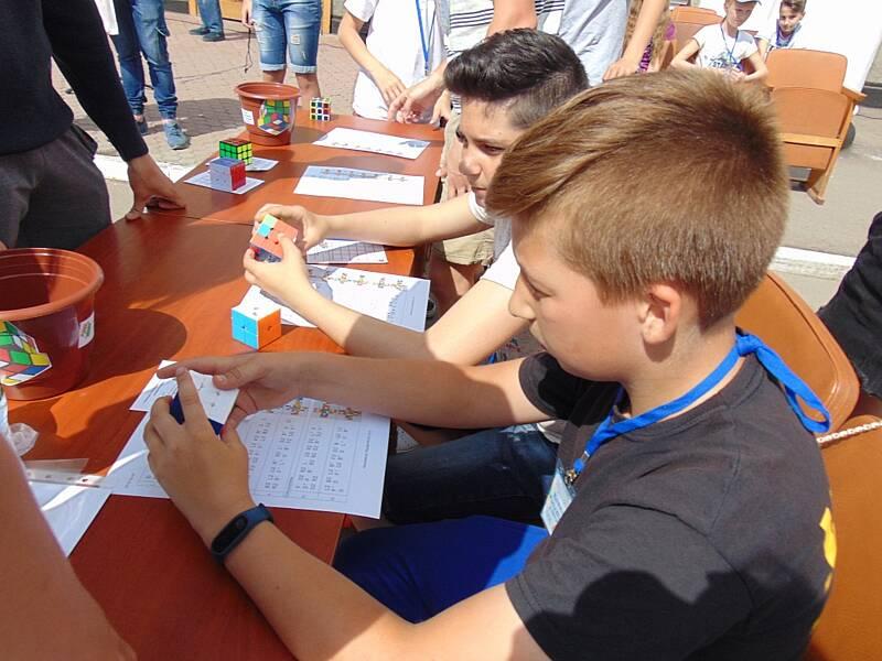 У Гайсині вперше провели змагання із спідкубінгу – швидкісної збірки кубика Рубіка