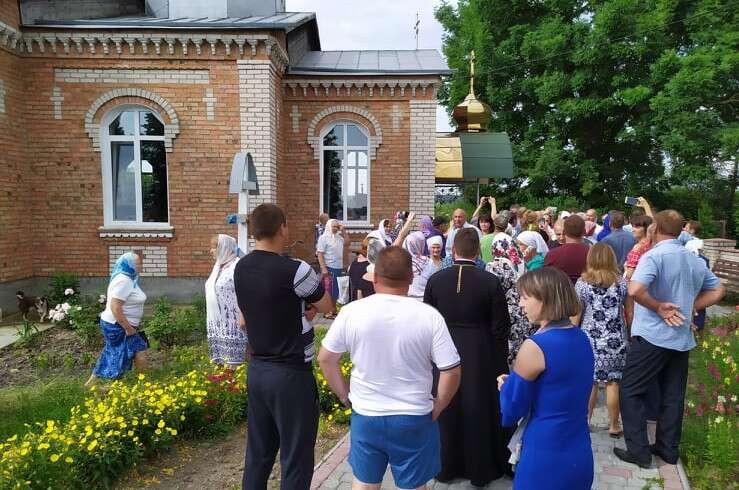 Десант МП не пускав вірян ПЦУ за храму в Пеньківці на Літинщині. До «гастролерів» викликали поліцію (відео)
