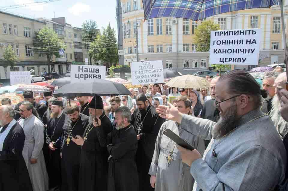 Віряни московського патріархату пікетували ОДА та намагалися заблокувати реєстрацію релігійної громади ПЦУ в Луці-Мелешківській