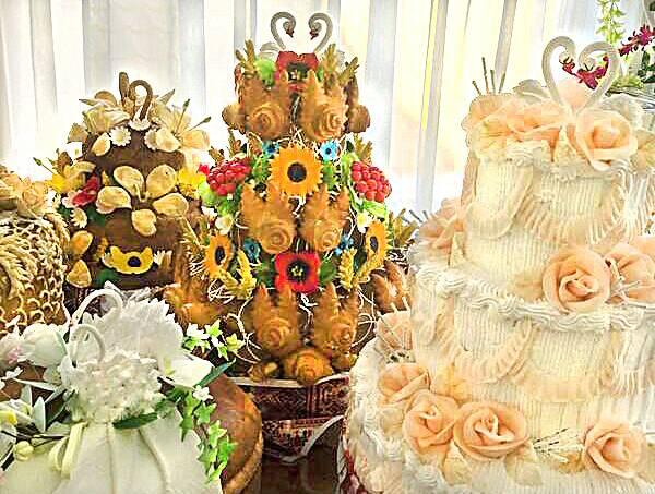 Унікальна українська традиція – пекти на весілля короваї