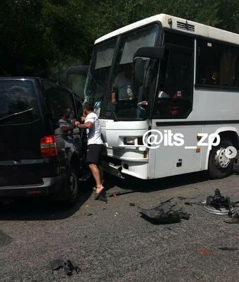 Авто з кортежу Президента Зеленського потрапило в ДТП. Підрізало колону автобусів із школярами