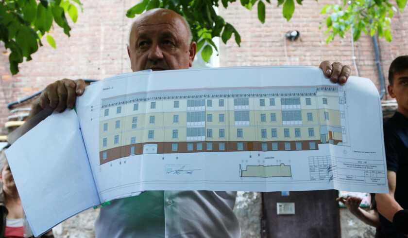 120-річний будинок в центрі Вінниці над музеєм-кав'ярнею «Панъ Заваркінъ та синъ» почали утепляти (відео)