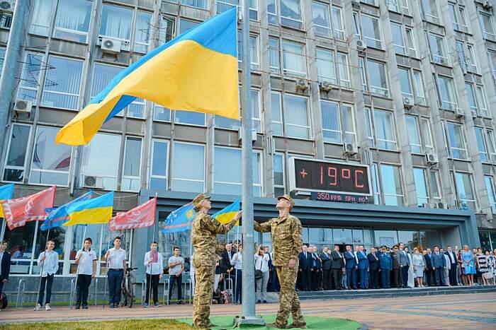 Десантник і медсестра у Вінниці святково підняли Прапор України (відео)