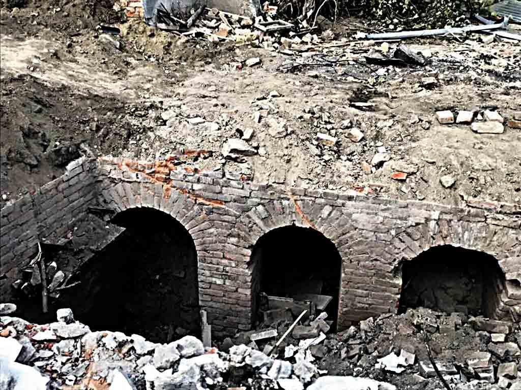100-річний підвал чи катакомби знайшли в центрі Вінниці