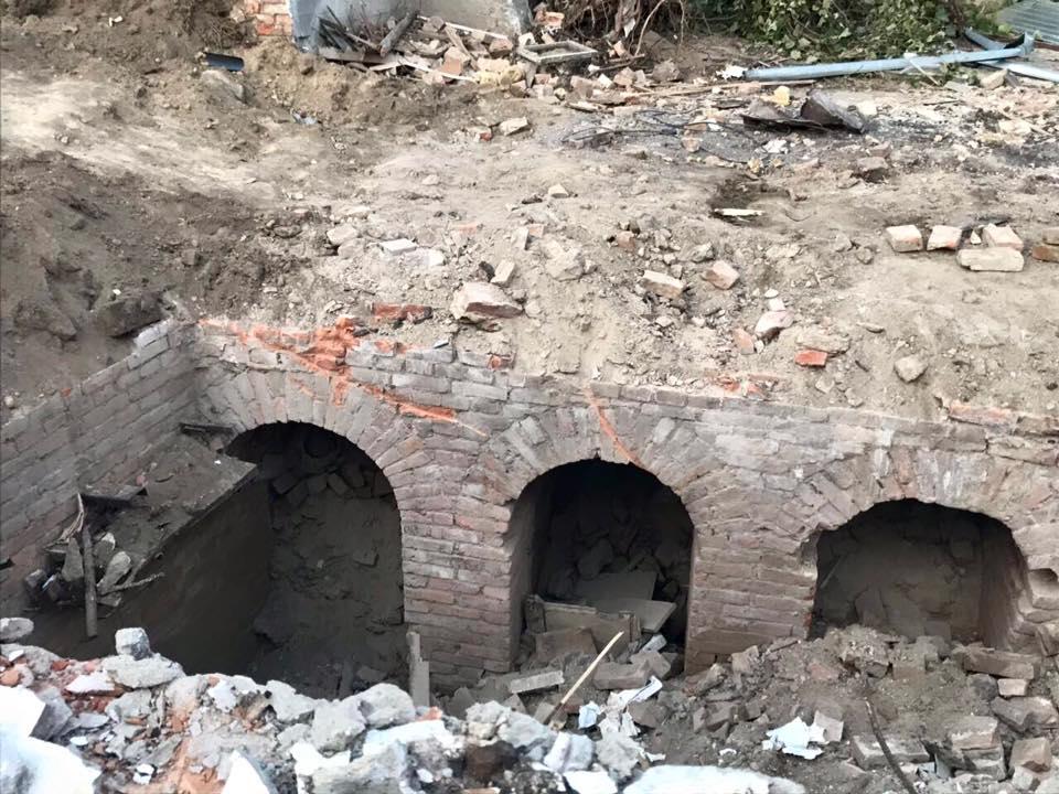 В центрі Вінниці за 17-ю школою розкопали 100-річний підвал чи підземні ходи? (відео)
