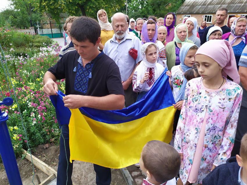 В неділю у Пеньківці підняли Прапор України біля храму, що утримує МП… Та повінчали 2 пари