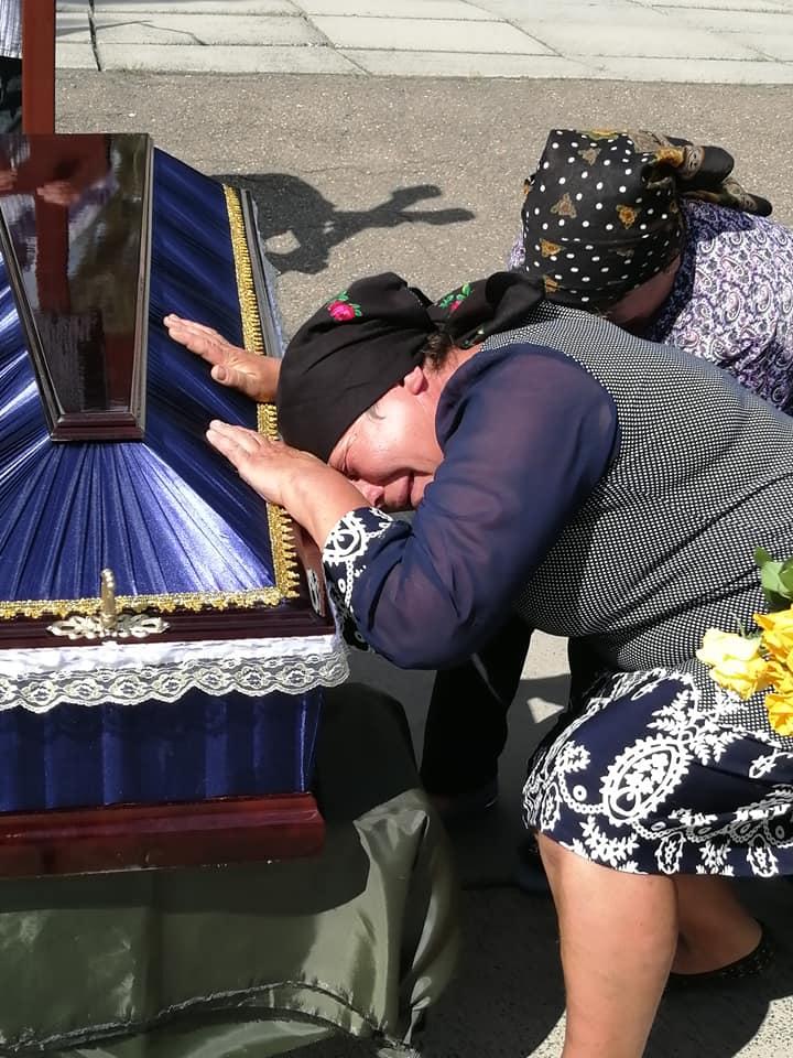 На колінах із з трояндами на асфальті загиблого морпіха Сергія Шандру зустріла рідна Вінниччина (відео)