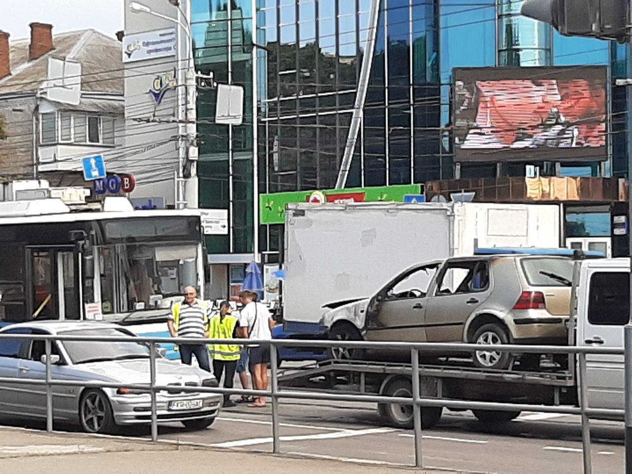"""Подвійна ДТП біля ринку """"Урожаю"""" зупинила рух авто на Вишеньку (відео)"""