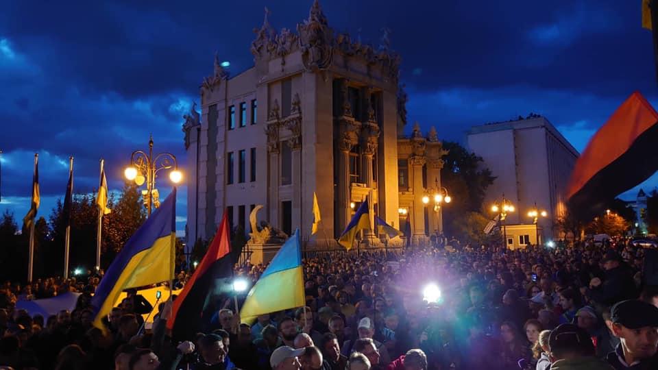 – Ні Нормадській капітуляції! Зе, що це за f…? – тисяча українців вийшла під офіс президента із протестом (відео)