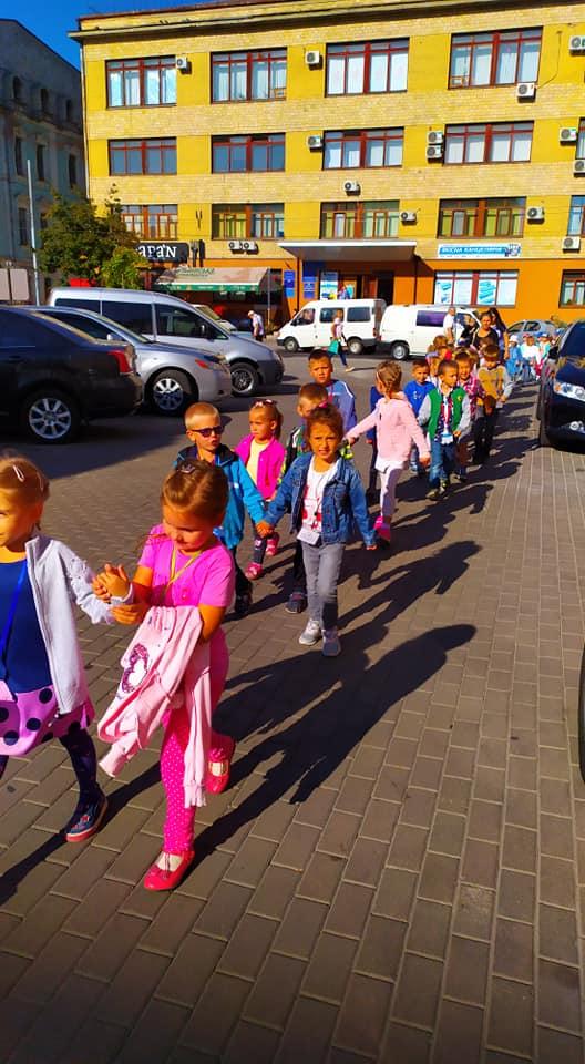 Через автохама діти годину не можуть потрапити до вінницького театру