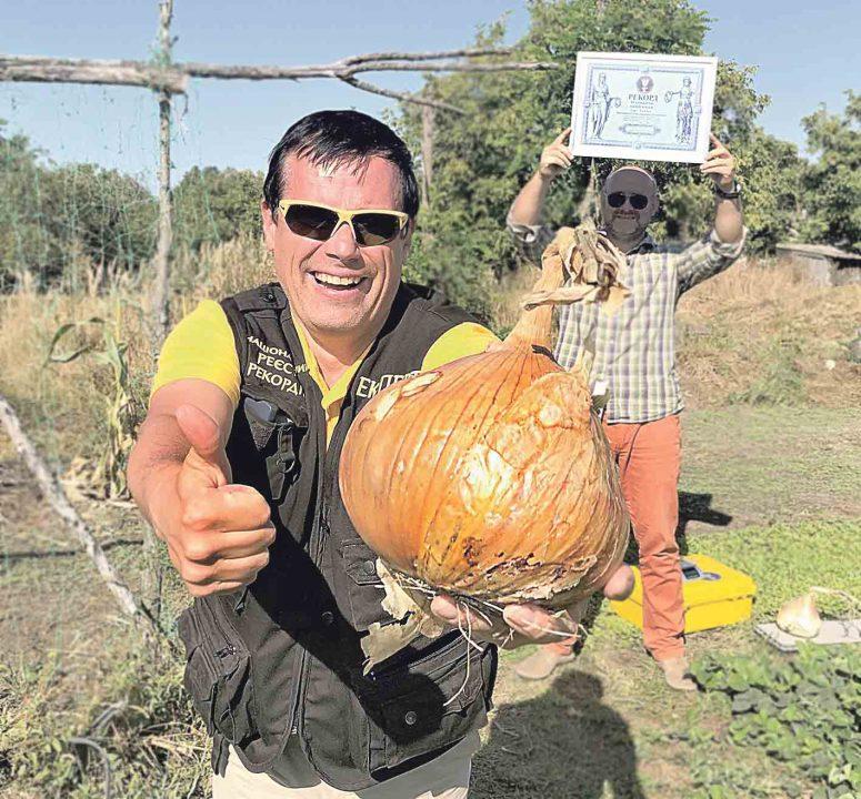 Найбільша цибулина в Україні важить майже 2 кг