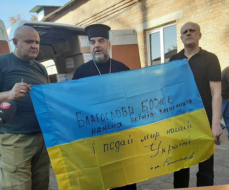 Прапор України на фронт в Піски підписав Владика Симеон: «Благослови Боже наших воїнів-захисників і даруй МИР Україні! (відео)