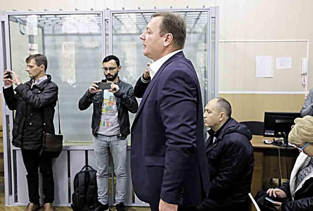 – Ганьба суддям! Їсте хліб України, а прислужуєте Москві! — віряни ЦПУ обурились рішенню судді Клапоущака і пікетували обласну поліцію та держадміністрацію по справі Салецького, керівника управління у справах релігій