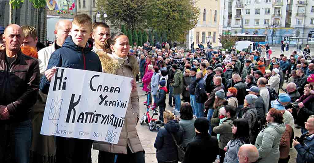 «Ні – капітуляції», – заявили вінничани на мітингу і вимагають скликання екстрених сесій рад. До них приєднались атовці (відео)