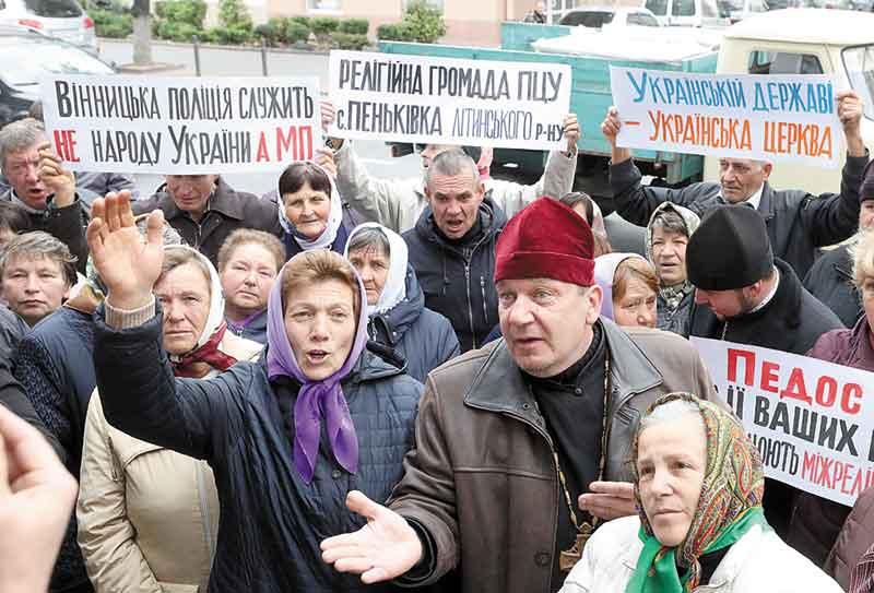 «Чому за наші податки ви служите московським попам?!» — запитували віряни на пікеті під управлінням поліції