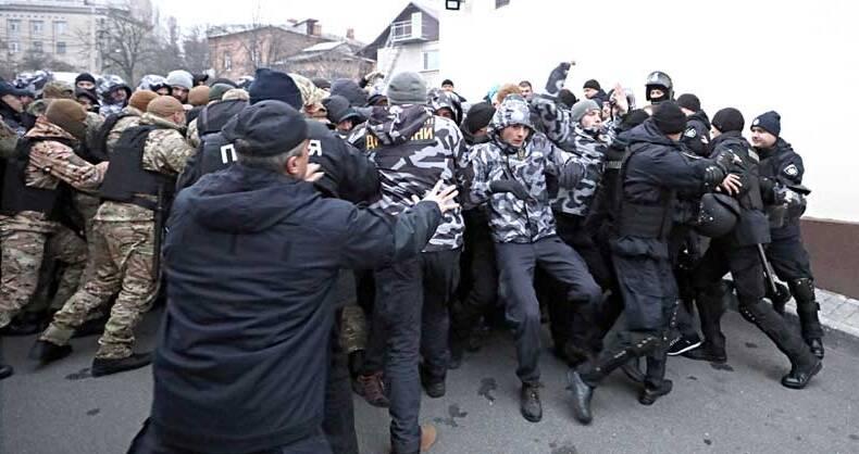 Сутички з поліцією та протестуючими стались у Вінниці під час конфлікту із енергетиками (відео)