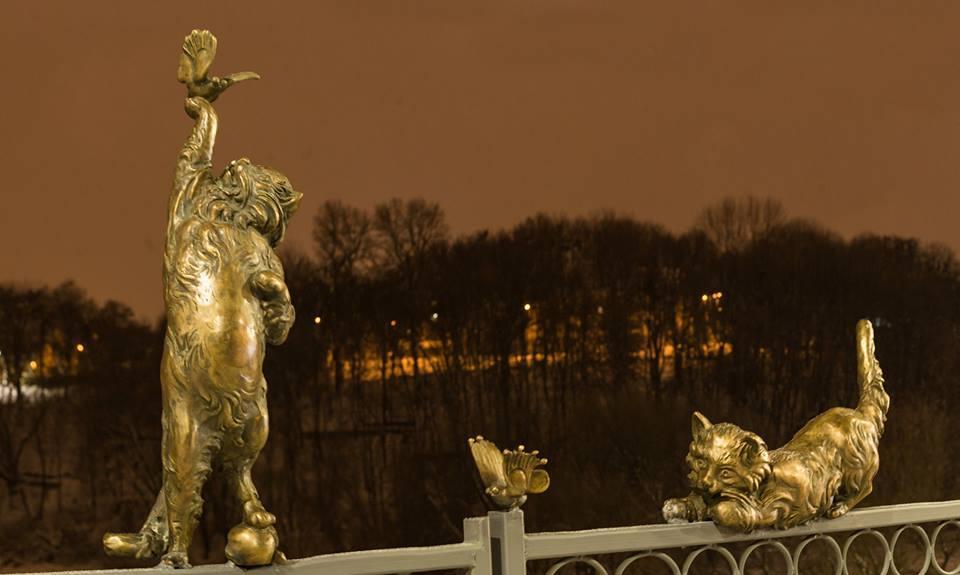 На Київському мосту юні «пожежники» крутили хвости бронзовим котам (відео)