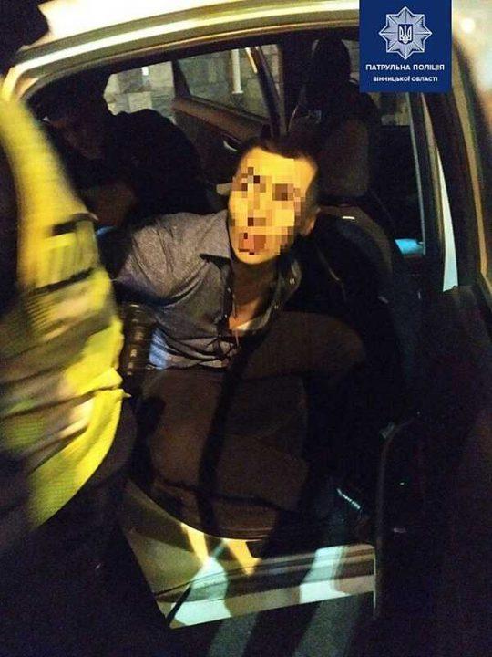 Патрульні затримали чоловіка, який кидався під колеса транспорту