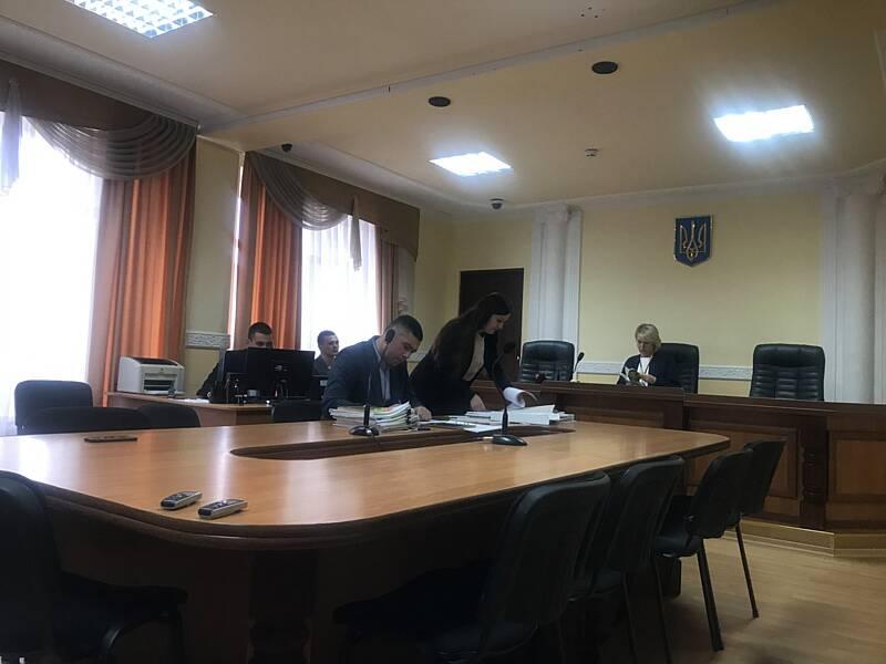 Звільнений за смертельне побиття активіста коп з Вінниці поновляється на посаду. Активісти та рідні пікетували суд
