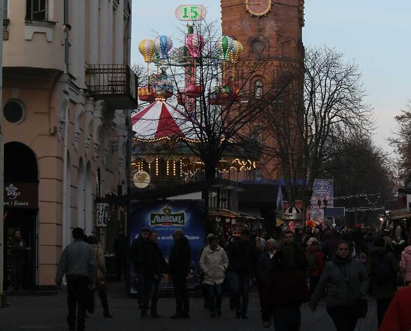 Це неподобство! – деяким вінничанам не подобається сусідство Різдвяного ярмарку з Меморіалом Слави