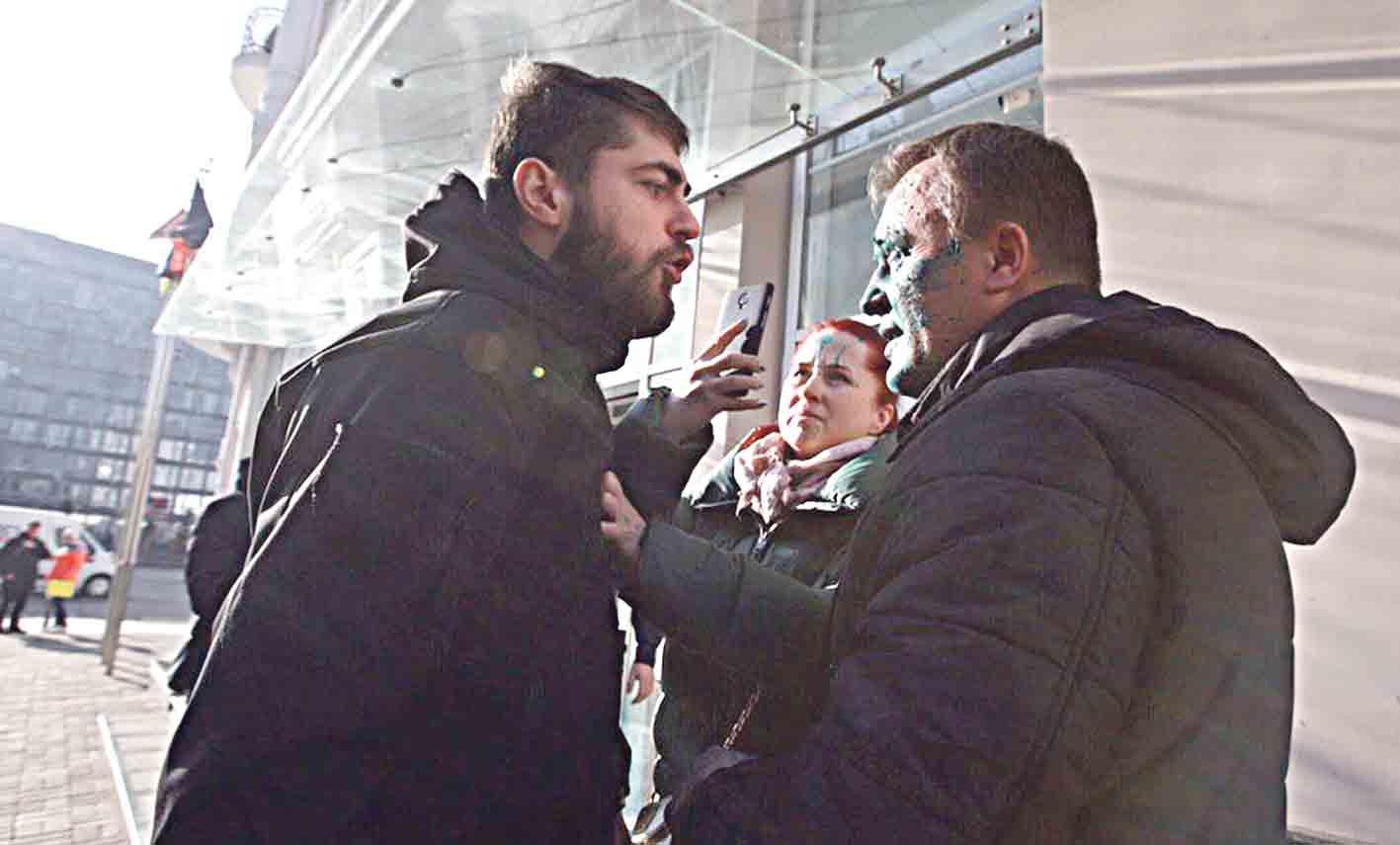 Помічника Жириновського облили зеленкою у Вінницькому суді