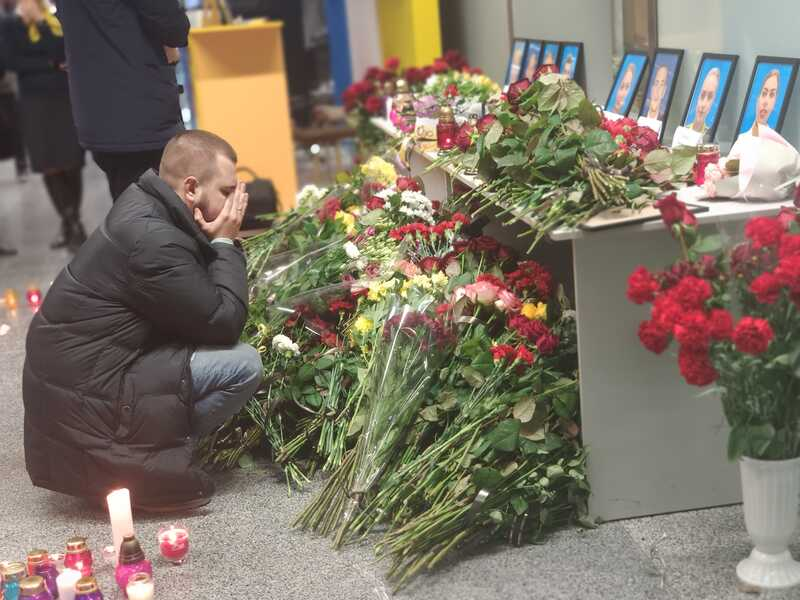 В Україні день жалоби за екіпажем і пасажирами рейсу PS 752 … В Борисполі море квітів та сліз… (відео)