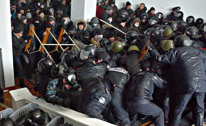«Особи не подільської зовнішності» 25 січня 2014-го на Тетяни взяли штурмом Вінницьку ОДА… Команда Януковича – Мовчан і Татусяк на вихід під охороною генерала Русина (відео)