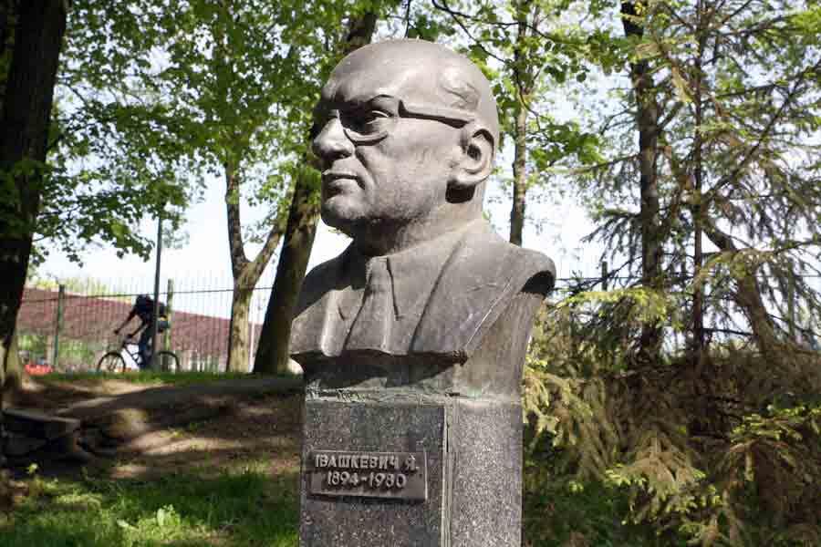 Талант Ярослава Івашкевича розвивався на Вінниччині. Він народився у Кальнику