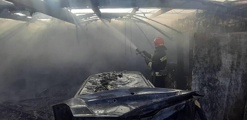 У Вінниці горіли гаражі на Максимовича – 2 авто згоріли, 1 постраждалий (відео)